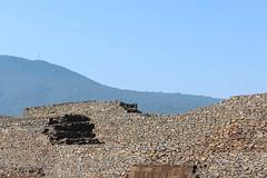 Curvas de piedra, historia y tiempo (Omar Camacho) Tags: michoacn tzintzuntzan