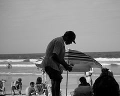 O catador. (fredericomartins2) Tags: people praia canon férias santacatarina reciclagem itapema t3i catador