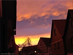 brennender Himmel - burning sky (Jorbasa Mwa) Tags: sun house tree germany deutschland sonnenuntergang hessen wolken haus sonne farbe baum rainfall wetterau clouth coleur jorbasa fascinatinginterplayofcolours farbsptektakel