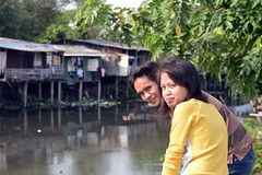 young couple on a bridge (the foreign photographer - ) Tags: woman man portraits canon thailand kiss couple bangkok young khlong bangkhen thanon 400d