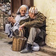 Street Communication (insider-fototour) Tags: street sitting streetphotography streetportrait oldman medina talking markt marokko fes streetfoto fotoworkshop fotoreise carolaschmitt frauschmittfotografiert