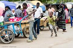La course - Scne de march (DeGust) Tags: africa street portrait niger kid child profile streetphotography scene ne westafrica enfant march westafrika afrique ner   niamey   scnes scne  afriquedelouest grandmarch    nikond3s  afsnikkor85mmf14g