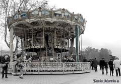 Carrusel del tiempo (tania.martin) Tags: plaza color caballos y gente negro tiempo carrusel caballitos banclo
