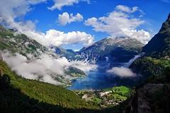 Propagazione Luce (Roberto -) Tags: sea mountain colors norway landscape mare colours vivid fjord paesaggio norvegia geiranger geirangerfjord