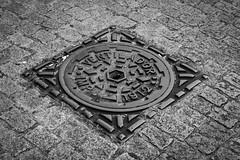 1912 Street photography (Rafael <RoR>) Tags: monochrome bandeira brasil tampa streetphotography pb monocromatic rua antiga pelotas rs paraleleppedo ruas antigo esgoto satolep fotoderua