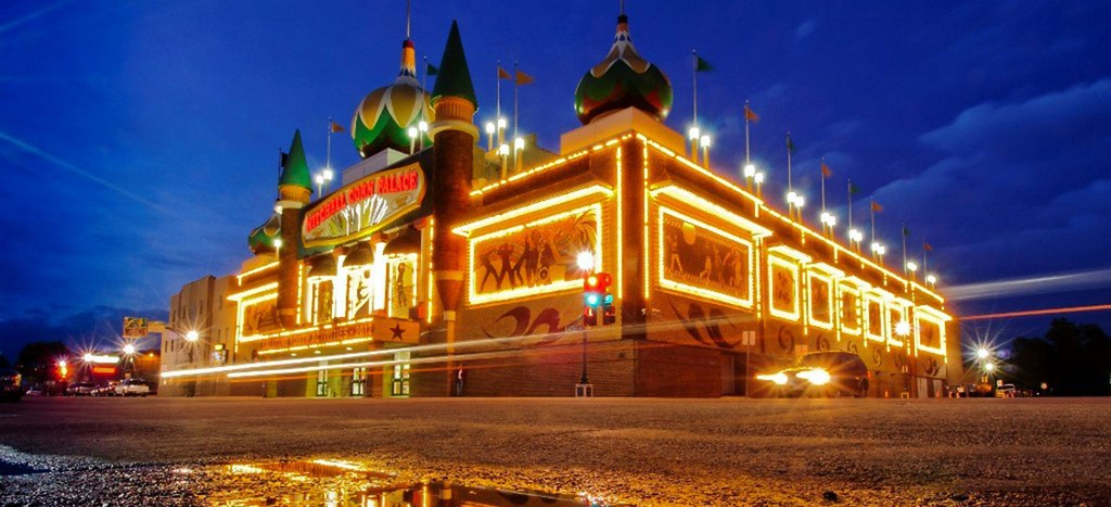 corn-palace-night-1600x684