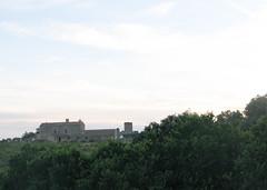 Blick in der diesigen Morgendmmerung auf ein Haus an der Strae aus Aldea del Cano heraus (pilgerbilder) Tags: pilgern pilgerfahrt pilgertagebuch vadellaplata aldeadelcanocceres