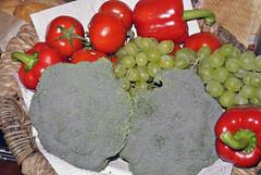 Obst-/Gemseschale (borntobewild1946) Tags: broccoli paprika tomaten spanien gemse obst brokkoli weintrauben obstschale roterpaprika kernloseweintrauben weissetrauben copyrightbyberndloosborntobewild1946 helleweintrauben gemseschale