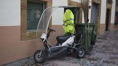 OPC 171015 048 (Jusotil_1943) Tags: scooter contenedor escoba chaqueta limpieza reflectante opc171015