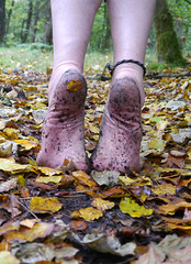 Stretch! (Barefoot Adventurer) Tags: autumn texture nature leaves woodland walking toes soil barefoot barefeet connected anklet barefooted barfuss barefooting barefoothiking strongfeet barefooter baresoles leathersoles toughsoles wrinkledsoles callousedsoles earthsoles livingleather naturalsoles stainedsoles autumnsoles autumnbarefooting earthstainedsoles