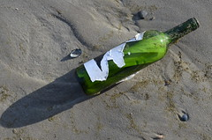 Vlieland - strand - Post utres (Dirk Bruin) Tags: strand vlieland bottle message mail brief flasche fles beachcombing beachcomber flaschenpost vliehors flessenpost strandjutten jutter jutten jutterij flessepost strandvondsten strandrauber aanspoelingen