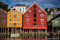 entrepts Trondheim (Norvge) (tognio62) Tags: reflection norway norge nuages trondheim reflexion ville barque fleuve norvge nuageux pilotis entrepots maisonsenbois