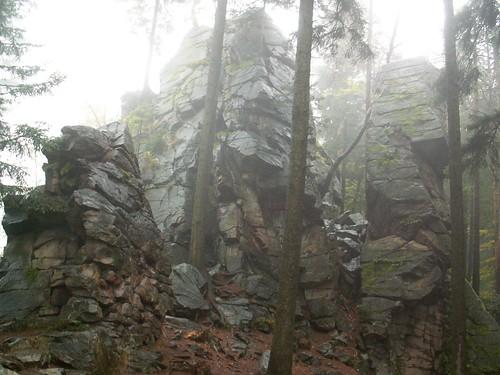 Skałki na Trojaku we mgle