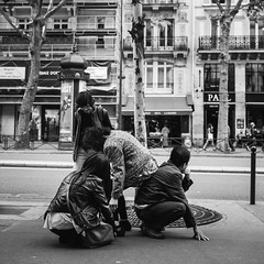 Chaise pliante collaborative (stephaneberla) Tags: street city portrait people blackandwhite paris france asian effects photography town blackwhite noiretblanc character country nb fx rue gens urbain asiatique effets