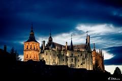Palacio Episcopal y Catedral de Astorga (M.Pellitero) Tags: cielo gaudi muralla palacio astorga iluminacin largaexposicion horaazul