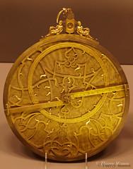 Astrolabe de Rennerus Arsenius 1569. la fois instrument d'observation et instrument de calcul, l'astrolabe permet de mesurer la hauteur du soleil sur l'horizon, de calculer l'heure et la place du soleil dans le zodiaque. Ns du talent des constructeurs e (thierrymasson94) Tags: astrolabe musedesartsetmtiers astrolabederennerusarsenius