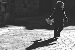 Anna, Pablo y Asier - 02 (G. Goitia Fts) Tags: light shadow blackandwhite bw blancoynegro luz monochrome canon photography monocromo kid gente sombra noflash bn contraste framing nio bnw biancoenero airelibre empedrado blancetnoir monocromtico encuadre sinflash sincolor