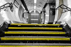 Londres (pi3rreo) Tags: city urban white black london yellow stairs jaune noiretblanc metro londres angleterre fujifilm fujinon escalier ville couloir intérieur urbain