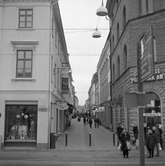 Korsgatan (rotabaga) Tags: blackandwhite bw 120 6x6 mediumformat göteborg diy lomo sweden gothenburg sverige tmax400 lubitel166 svartvitt mellanformat bwfp
