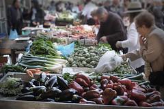 En el mercado (Salva Pags) Tags: people food fruits vegetables dof gente market bokeh comida streetphotography fruta mercado vic gent mercat fruita verdura