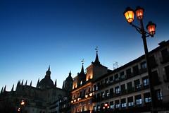 Segovia a media luz (RalRuiz) Tags: espaa atardecer farola catedral segovia bluehour plazamayor semanasanta ayuntamiento juevessanto castillaylen horaazul