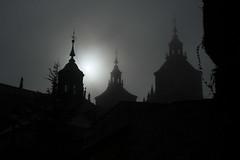 Astorga en la niebla (larnal_kth) Tags: sky sun white mist black blanco sol church grey gris cathedral negro towers gray catedral iglesia shades leon hazy niebla torres astorga maragato leonm
