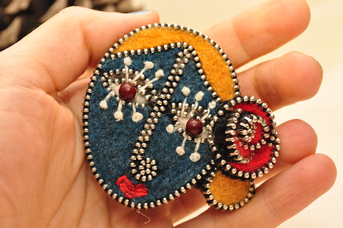 Zipper face brooch