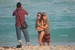 Nos tomas una foto? - Quintana Roo (Polycarpio) Tags: blue sea woman sun man beach azul mar mujer pareja playa cancun sunglases caribbean hombre roo caribe quintanaroo quintana