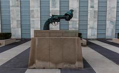 Knotted Gun (orkell) Tags: sculpture usa un bandarkin newyork nyc nikond750 knottedgun nonviolence nikkorafs2470mmf28ged 2016