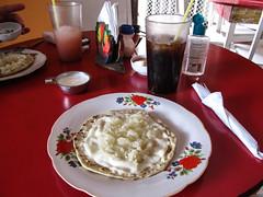 "Granada: un quesillo (tortilla, fromage, oignon et crème) <a style=""margin-left:10px; font-size:0.8em;"" href=""http://www.flickr.com/photos/127723101@N04/26079476604/"" target=""_blank"">@flickr</a>"