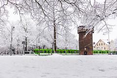 Schnee in Hannover: der Dhrener Turm (Toazty) Tags: park street schnee trees winter tower cars metro tram hannover autos hanover turm bume niedersachsen lowersaxony stadtbahn strase landeshauptstadt dhrenerturm