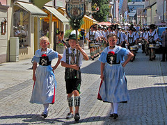 Young and tradition-conscious (Silanov) Tags: flowers costumes girls boy summer scarf germany children bayern deutschland bavaria costume europe sommer oberbayern upperbavaria eu blumen august kinder parade apron blond german blonde lederhosen procession gals pageant traditionalcostume bub mdchen junge garmischpartenkirchen bua lasses bavarian leathertrousers dirndl lederhose garb festzug lassies partenkirchen kleid 2015 blondegirls garbs tracht lederhosn trachten traditionalcostumes schrze schultertuch bayerisch adlerfeder werdenfelserland diandl plaitedhair bayerischetracht geflochteneshaar crownbraid oberbayerisch gretlfrisur festiveprocession bavariantraditionalcostume blondemdchen bavariangarb deandl partenkirchnerfestwoche werdenfelsertracht oberbayerischetracht eaqglefeather eaglesfeather