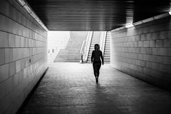 Mujer solitaria (zehiotrump) Tags: street blackandwhite blancoynegro fuji streetphotography bn fujifilm fujinon monocrome xseries fotografiacallejera xe2 xf35mm fujixseries xf35mmf14 fujixe2
