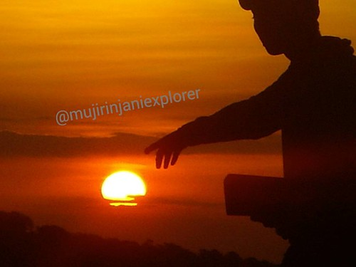 Amazing adventure with #mujirinjaniexplorer   It's true that the wonderful looks of the #sunset much closer from the #highland.   Located at -> Sembalun Village.  #sembalunvillage #lombokisland #ntb #Indonesia #nature #wonderfullombok #wonderulindonesia #