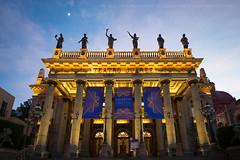Teatro Jurez [3214] (josefrancisco.salgado) Tags: church mxico mexico teatro evening twilight nikon theater iglesia guanajuato bluehour nikkor mx crepsculo d4 teatrojurez iglesiadesandiego 1424mmf28g
