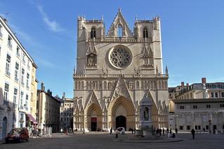 Lumière et ombre sur la cathédrale Saint-Jean