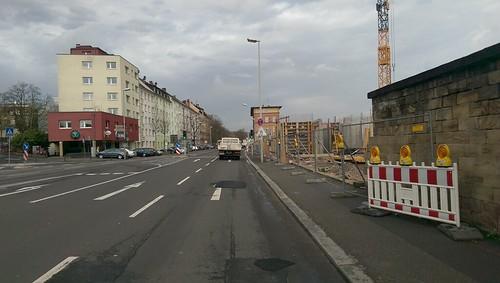 Oben weiter auf der rechten Seite auf dem Bürgersteig
