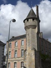 Quimper, rue des Douves, anciens remparts (Ytierny) Tags: france vertical tour bretagne fortification rue ville ancien dfense quimper finistre rempart douves tourelle cornouaille ytierny