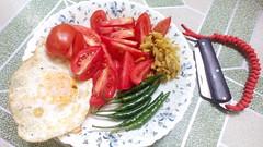 tomato (coldarif) Tags: breakfast egg knife chilly knots paracord snakeknots