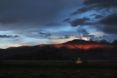 Sunset and stupa, Tso Kar. (Benjamin Ramon) Tags: voyage travel sunset red wild sky panorama cloud sun india mountain cold flower detail green sol nature water grass weather contrast montagne canon de landscape rouge temple soleil rojo agua asia warm ray angle stupa flag altitude riviere hill prayer pray coucher warmth pluie line altar ciel 350 asie mm kashmir moment himalaya montaa nuage paysage extrieur clair froid treck ladakh champ colline jammu budhist inde gompa 1250 obscur plaine budhism 2015 70d 45 inde2015