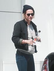 FFN_IMAGE_52039299 FFN_SET_70006171 (robstensimplesmente.amor) Tags: usa sunglasses jeans beverlyhills redshoes blackhat blacktop kristenstewart