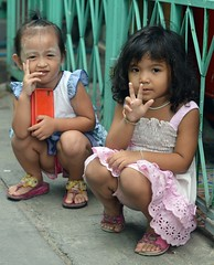 squatting girls (the foreign photographer - ) Tags: girls two sign children thailand nikon peace bangkok lard bang bua squatting khlong bangkhen d3200 phrao
