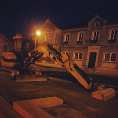 bitumen #tar #sand #backhoe #work #village... (danielrieu) Tags: road france night work french construction sand village cityhall equipment nuit backhoe bitumen mairie tar seineetmarne uploaded:by=flickstagram instagram:photo=318782897854261026186911192