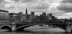 Le pont Notre Dame. Paris, fv 2016 (Bernard Pichon) Tags: bw paris france seine architecture canon soleil ledefrance rivedroite noiretblanc hiver nb ciel pont nuage 75 pniche toit fr immeuble fleuve claircie cielnoir lledefrance 5dsr ef2470iif28 bpi760