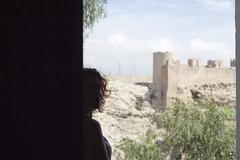 Intramuros. (elojeador) Tags: ventana mujer torre chica retrato rbol prima muralla alcazaba prim falsopimentero alcazabadealmera elojeador micaaaaaasa