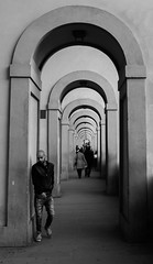 Crossing arcs (carlosromonbanogon) Tags: street people bw italy white black florence arc samsung firenze amateur pontevecchio nx10