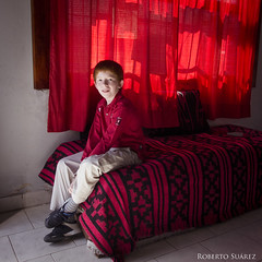 (Roberto Suarez DLG) Tags: boy red portrait color rojo retrato chico variation 1x1 inred enrojo variacin
