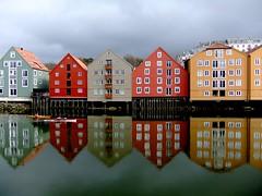 Nidelva (g.rokke) Tags: houses norway river norge colorful trondheim srtrndelag hus nidelva kleurrijk huizen elv noorwegen rivier trndelag fargerik pakhuizen brygger