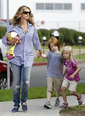 (bigbucks.com.ua) Tags: daughter fulllength mother son rippedjeans juliaroberts buttondownshirt tomsshoes phinnaeusmoder hazelmoder