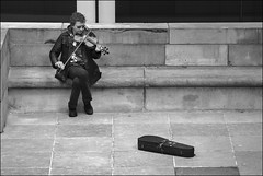 Solo (chando*) Tags: brussels people man monochrome blackwhite noiretblanc streetphotography bruxelles homme gens violonist montdesarts violon violoniste musicienderue